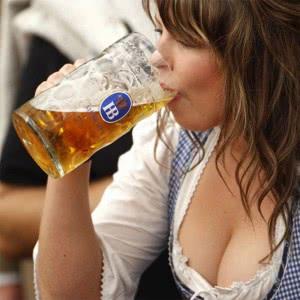 женщина употребляет алкоголь