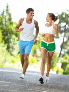 мужчина и женщина занимаются спортом