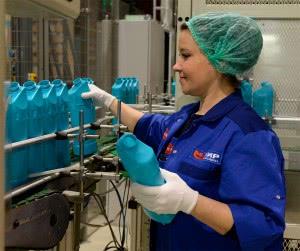 женщина на химическом заводе