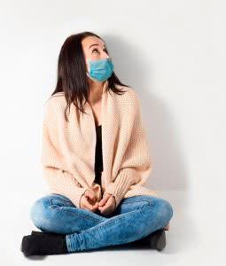 Женщина со слабым иммунитетом в маске