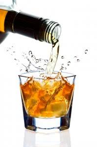 стакан и бутылка с алкоголем