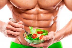 Здоровый мужчина с салатом