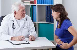 Женщина на приеме у врача с болью в животе